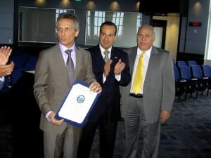 El alcalde Boria se apresta a presentar un certificado de reconocimiento.